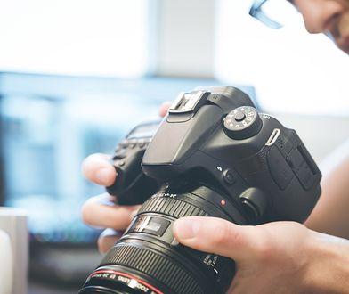 """Zarówno popularne """"kompakty"""" jak i """"lustrzanki"""" należą do aparatów cyfrowych"""