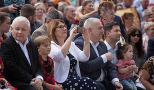Koronawirus w Polsce. Na zdjęciu Jarosław Kaczyński i Beata Mazurek.