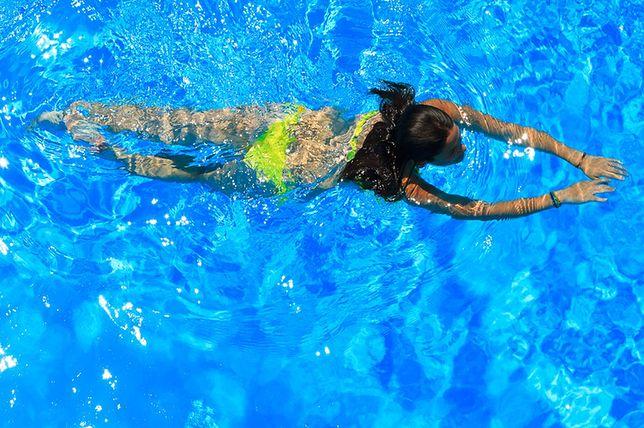 Naukę pływania najlepiej rozpocząć na basenie pod okiem instruktora.