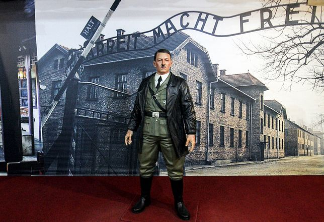 Hitler usunięty z muzeum. Ludzie robili selfie na tle zdjęcia Auschwitz