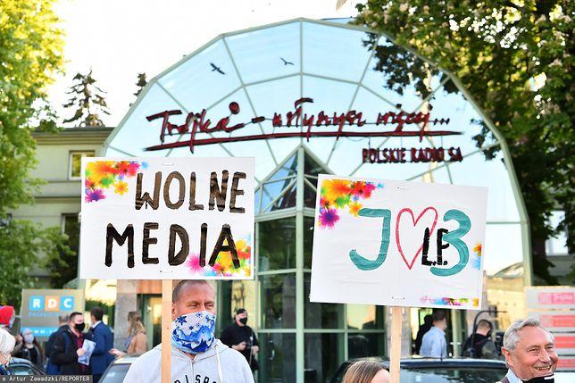 Protest słuchaczy przed siedzibą Trójki przy ul. Myśliwieckiej