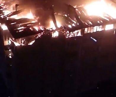Rosja. Krasnodar. Ogromny pożar strawił całe piętro bloku mieszkalnego [Zobacz wideo]