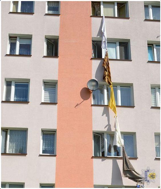 Drobny złodziej uciekał przez okno przed policją