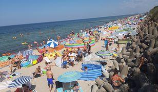 """""""Ona by tak chciała…"""". Na plaży w Mielnie Ślązacy imprezowali, aż przyjechała policja"""