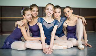 Rosyjskie baletnice oglądały mecz na smarfonie.