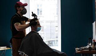 """Salony fryzjerskie znowu otwarte, ale jest drożej. """"Fryzjerzy nie zarabiają na podwyżkach"""""""