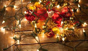 Wybieramy świąteczne lampki choinkowe. Na co trzeba uważać?