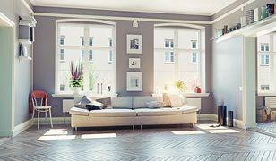 Salon w stylu skandynawskim charakteryzuje się prostotą, minimalizmem i funkcjonalnością.