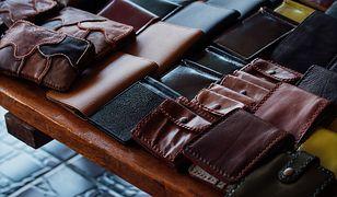 """Kropka nad """"i"""" dobrego stylu. Czarne portfele męskie"""