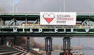 Wielki baner upamiętniający Pawła Adamowicza na Moście Gdańskim