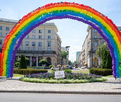 """Warszawa. Tęcza ponownie na pl. Zbawiciela. """"Dziś ostatni dzień #pridemonth"""""""