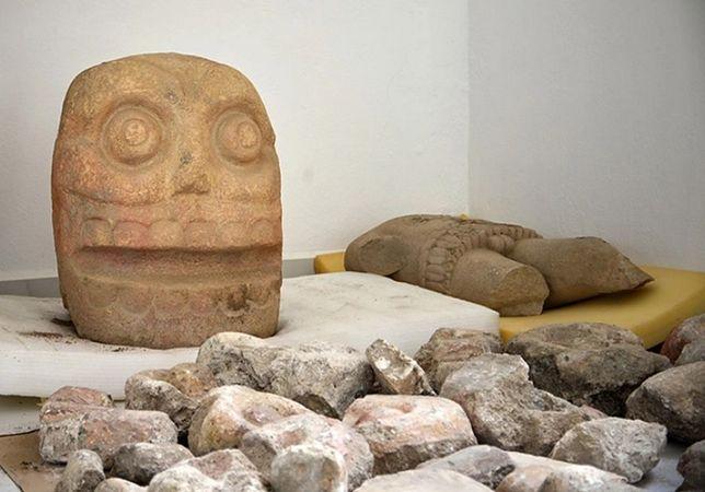 Podczas wykopalisk odnaleziono figurkę, która przedstawia bóstwo. Zachowała się w niemal doskonałym stanie