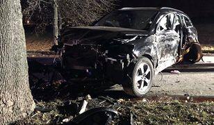 Audi rozbite na drzewie pod Poznaniem. Apel policji