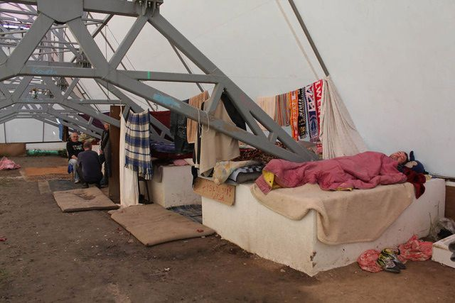 Bezdomni zamieszkali w billboardzie - zdjęcia