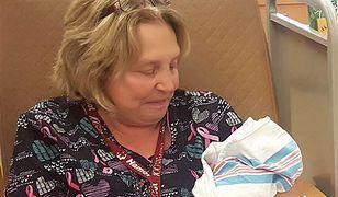 Lois Branch nalezy do programu przytulania uzależnionych niemowląt