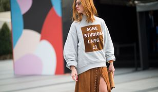 Modna bluza przyda się do zestawu ze spódnicą i sneakersami