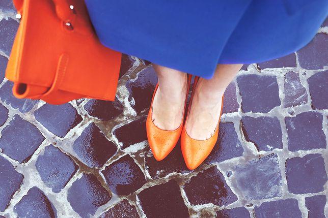 Kolorowe buty na jesień mogą uzupełnić strój na imprezę, jak i stanowić akcent formalnej stylizacji