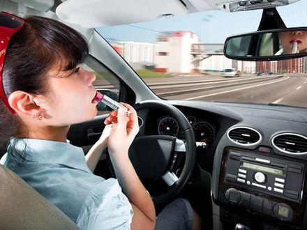 """""""Baba za kierownicą"""" – jak jeżdżą kobiety?"""