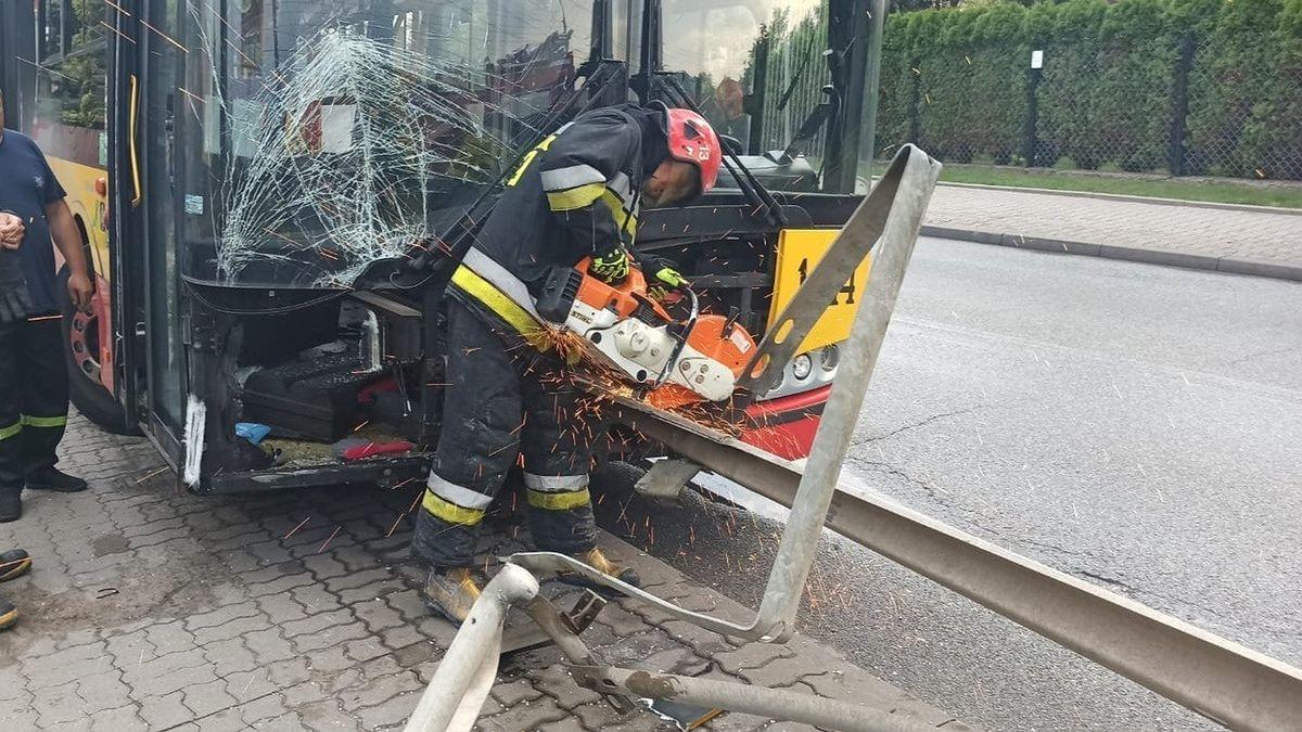 Warszawa. To cud, że nikt nie ucierpiał w tym koszmarnym zdarzeniu. Element bariery energochłonnej wtargnął do wnętrza autobusu, na szczęście niemal pustego