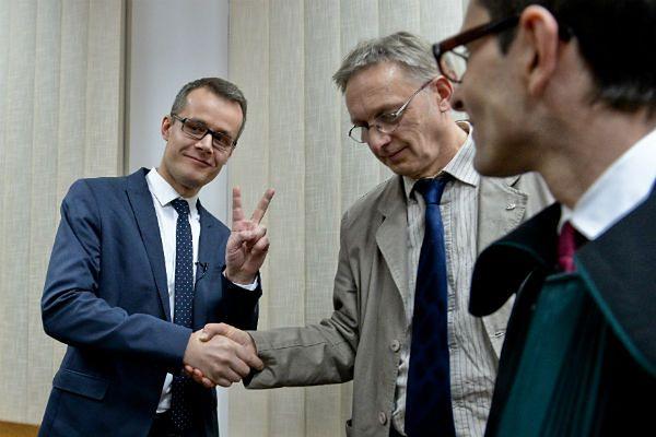 Dziennikarz TV Republika Jan Pawlicki i fotoreporter PAP Tomasz Gzell po ogłoszeniu wyroku sądu