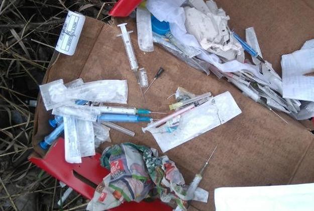 Student z Poznania biorący sterydy nie wiedział, co zrobić ze zużytymi strzykawkami i igłami, więc wyrzucił je w pobliżu placu zabaw