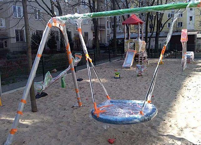 Warszawa. Zafoliowane zostały place zabaw na Pradze-Południe