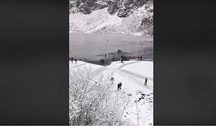 Turyści weszli na cienką warstwę lodu.