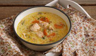 Pikantna kokosowa zupa z kapustą pak choi, marchewką i łososiem