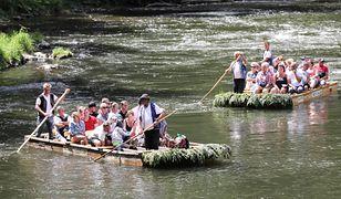 W Polsce na tratwach płynie 12 osób. Na zdjęciu uczestnicy spływu przełomem Dunajca w Szczawnicy w Pieninach