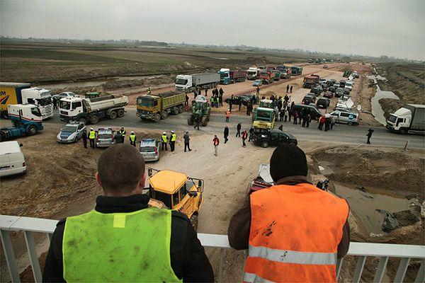 Blokada drogi krajowej nr 50 zorganizowana przez przedsiębiorców poszkodowanych przy budowie A2