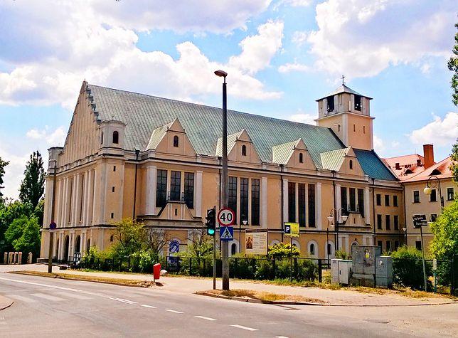 Kościół parafialny św. Józefa w Toruniu. Obok znajduje się klasztor oo. redemptorystów, a po drugiej stronie ulicy - komisja wyborcza nr 46