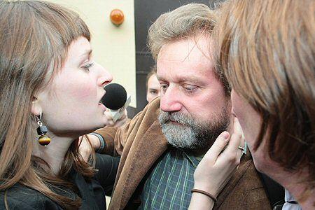 Były wiceminister zdrowia Jarosław Pinkas z żoną i córką chwilę po opuszczeniu aresztu