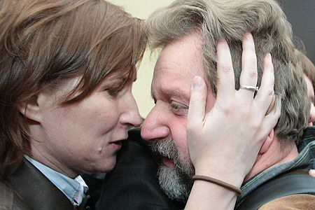 Były wiceminister zdrowia Jarosław Pinkas z żoną chwilę po opuszczeniu aresztu