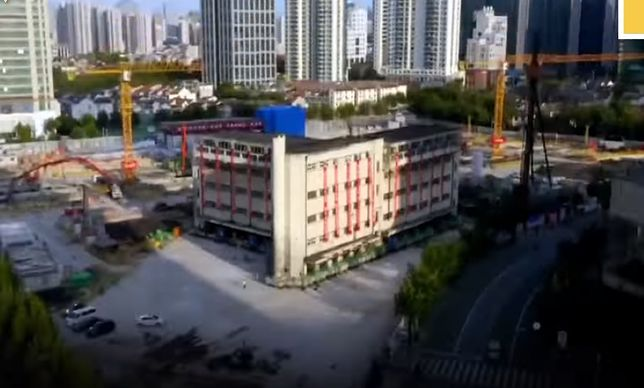Chińczycy przesunęli ogromny budynek szkoły podstawowej