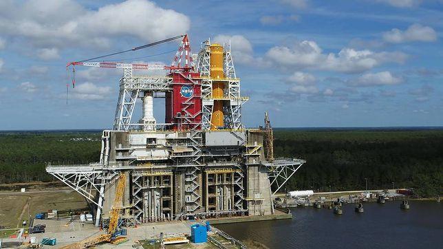 Stanowisko testowe B-2 w Centrum Kosmicznym NASA Stennis z pierwszym rdzeniem dla nowej rakiety Space Launch System (SLS)