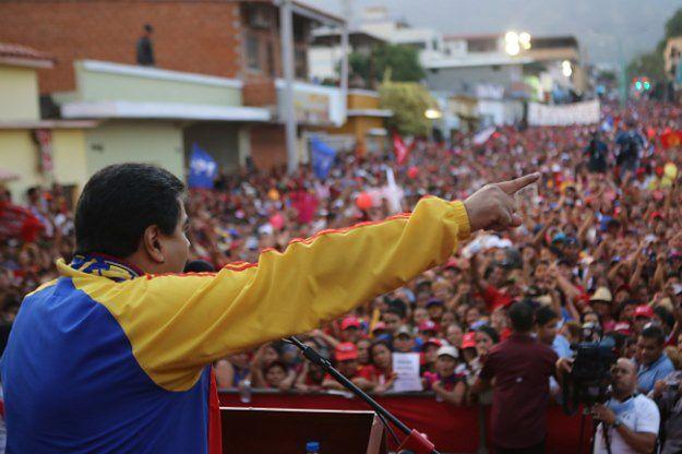Nicolas Maduro przemawia do tłumu