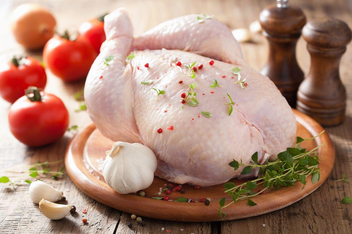 """Przez zakaz handlu Polacy rezygnują z owoców. """"Wybierają mrożonego kurczaka"""""""