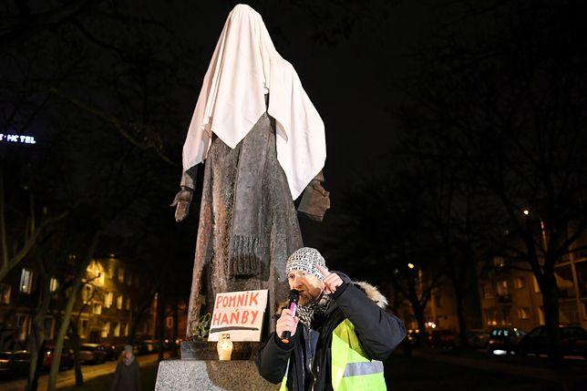 Pomnik ks. Jankowskiego zakryto białym prześcieradłem