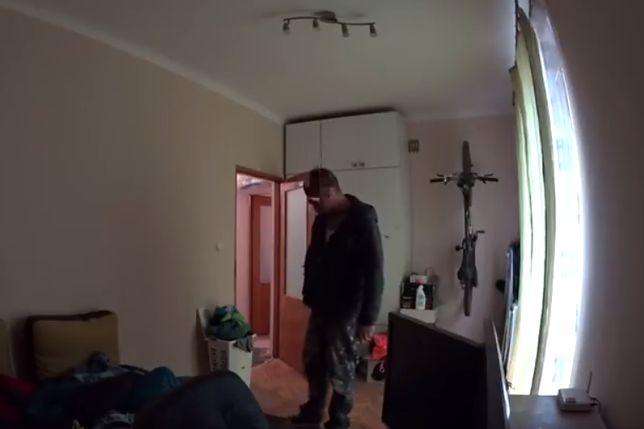 Budowlaniec wszedł do pokoju w remontowanym mieszkaniu. Właściciel nagrał jego zachowanie