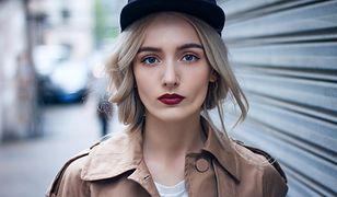 Zaakcentowane brwi i usta to prosty i modny makijaży na jesień
