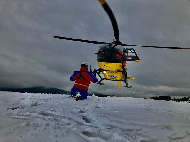 Beskidy. Helikopter LPR był potrzebny, aby przetransportować do szpitala narciarza skiturowego.