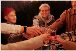 """Alkohol na rodzinnym stole. """"Zapraszanie dziecka do podnoszenia toastu to uwodzenie dorosłością"""""""