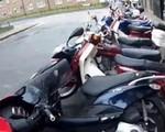 Motocyklowe domino po nieudanym parkowaniu