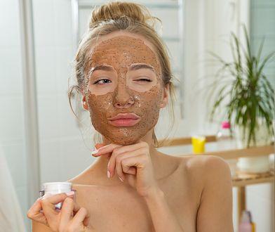Domowe maseczki są przykładem zdrowych i naturalnych kosmetyków do pielęgnacji.