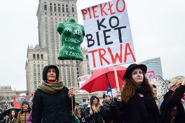 """""""Wyślij wieszak Pani Premier"""". Polki protestują przeciwko całkowitemu zakazowi aborcji"""