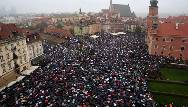 """Czarny Protest na pl. Zamkowym. """"Chodzi o Wasze siostry, matki i żony"""""""