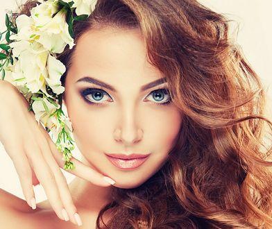 Fryzury ślubne z kwiatem