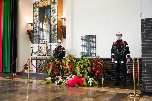 Śląskie. Przed tablicą upamiętniającą tragedię w kopalni Zofiówka kwiaty złożyli pracownicy i zarząd Jastrzębskiej Spółki Węglowej.