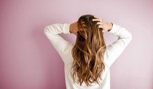 Ciemny blond. Jak go uzyskać i jak pielęgnować włosy?