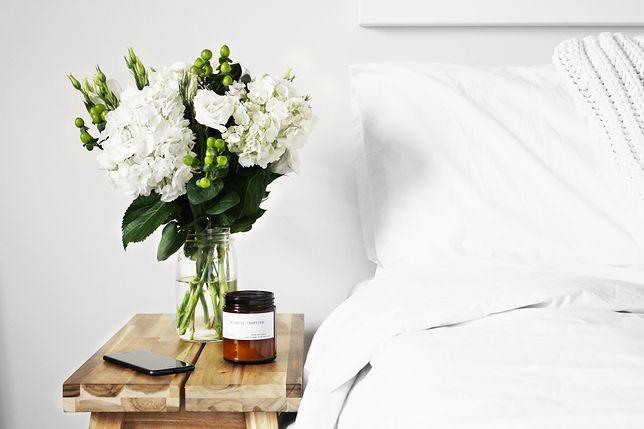 Czy materiał poszewki poduszki, na której śpimy może pozytywnie wpłynąć na nasz wygląd?